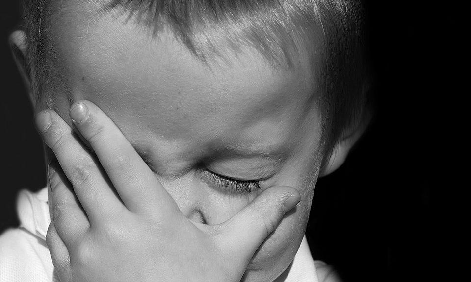 enfant souffre hémorroïdes